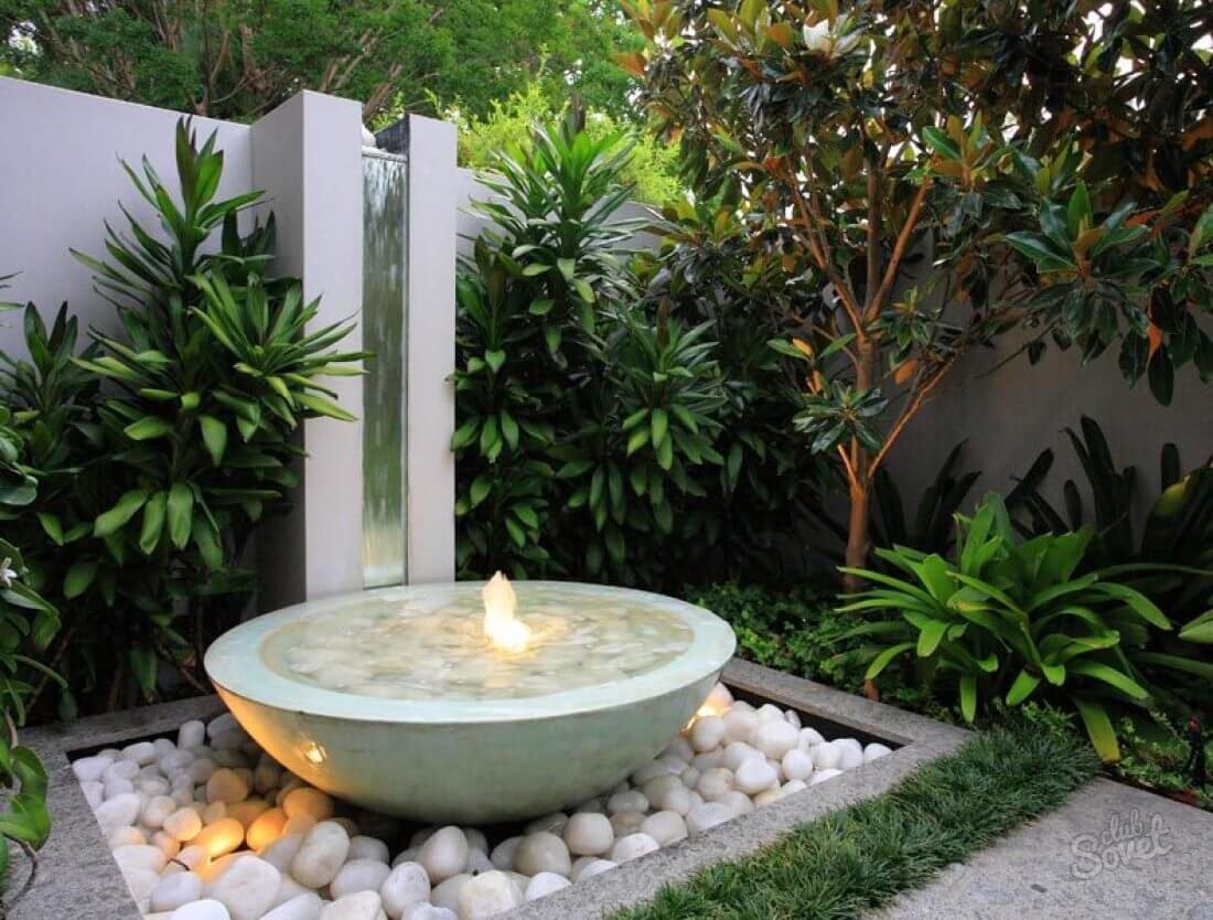 Декоративный фонтан среди комнатных цветов