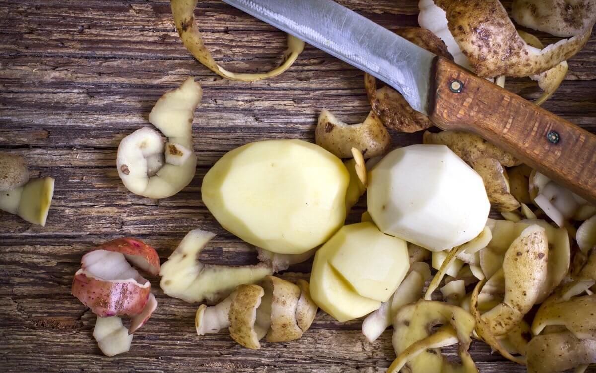 Как использовать картофельные очистки, как удобрение и чем они полезны